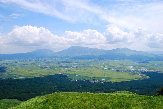 640px-Mt.Aso_and_caldera01