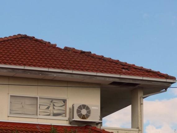 屋根瓦が飛んだ空き家